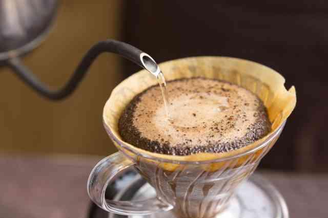コーヒー粉にお湯を注ぐ