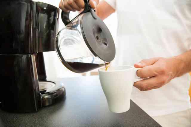 コーヒーメーカーでコーヒーを淹れる人