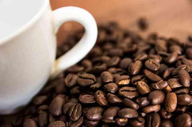 コーヒー豆とコーヒーカップ
