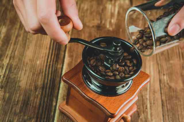 コーヒーミルに豆を入れる