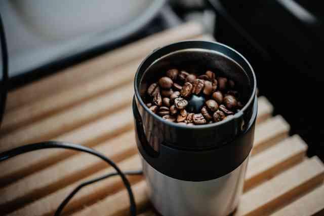 コーヒー豆を入れたコーヒーミル